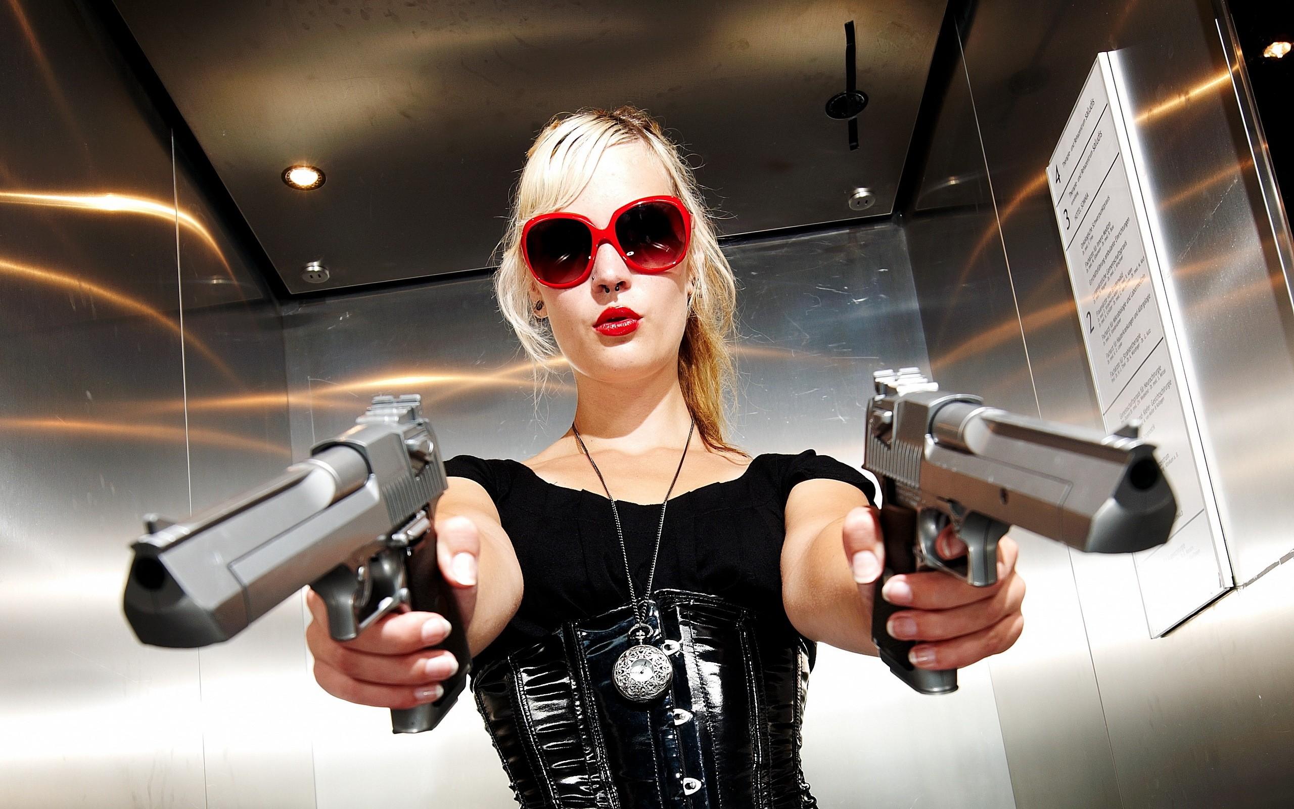 mujer pistolas.jpg